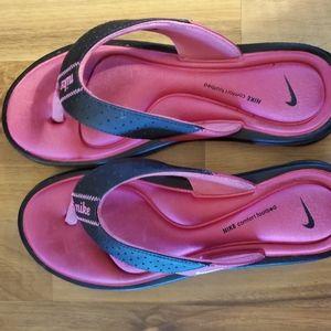 Women's Nike cushioned flip flops size 9